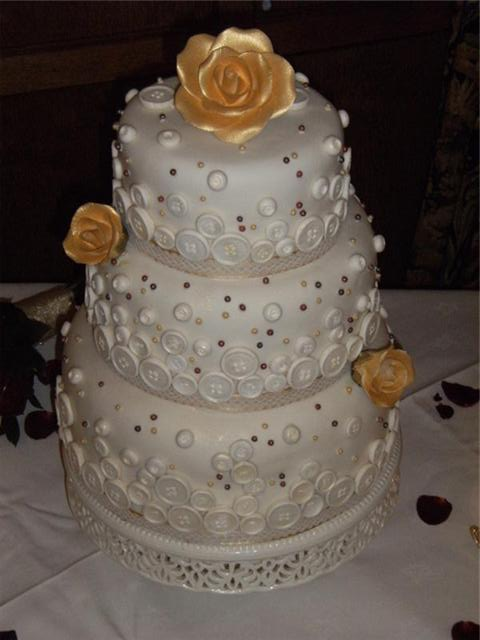 weddingstylist buttoncake6 Με κουμπιά και φαντασία