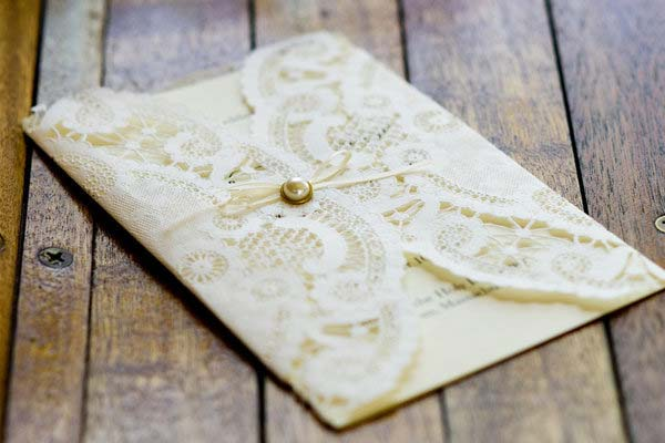 weddingstylist lace invitations Δαντέλα και πέρλα παντού!