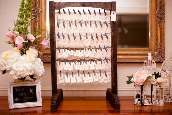 weddingstylist seating chart gamos idees Ξύλο ντυμένο με δαντέλα για τους καλεσμένους σας!